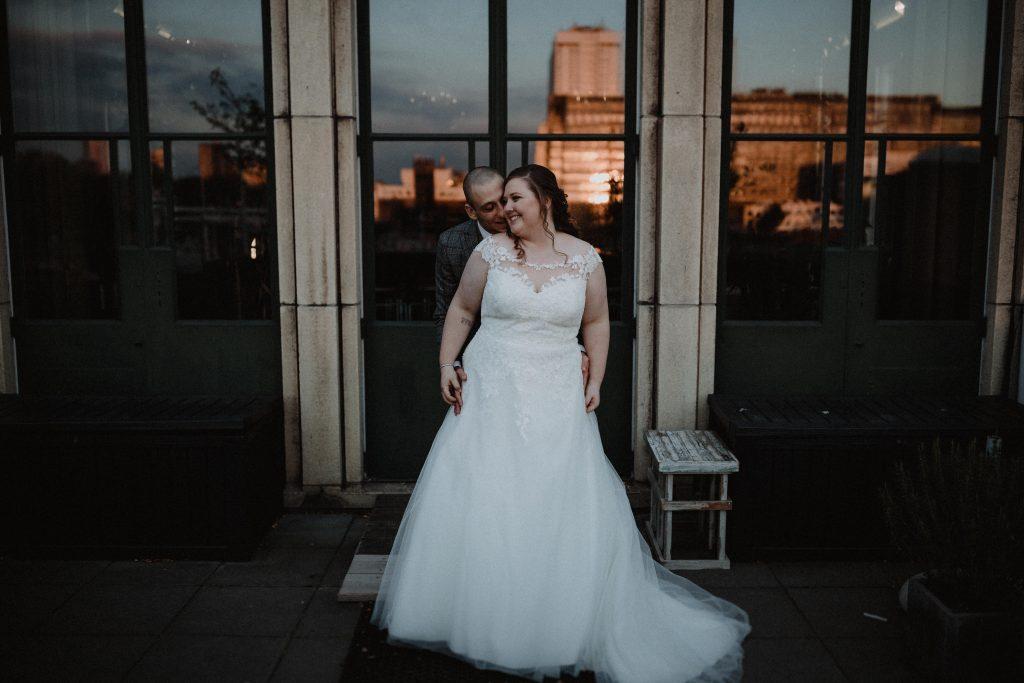 stadsbruiloft trouwen rotterdam zuid kop van zuid hotel new york weddingshoot de machinist zonsondergang