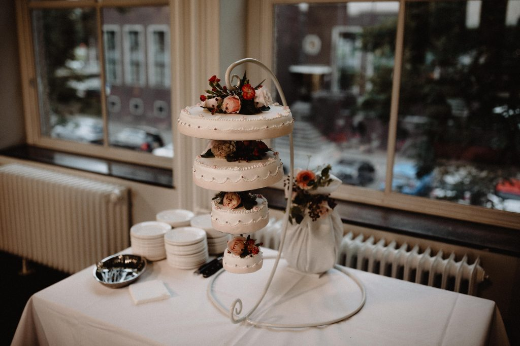 stadsbruiloft trouwen rotterdam zuid kop van zuid hotel new york weddingshoot de machinist bruidstaart weddingcake
