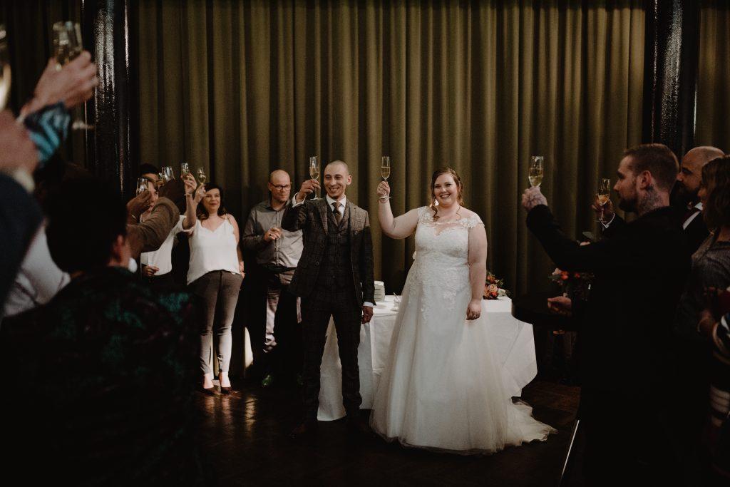 stadsbruiloft trouwen rotterdam zuid kop van zuid hotel new york weddingshoot trouwceremonie de machinist toast
