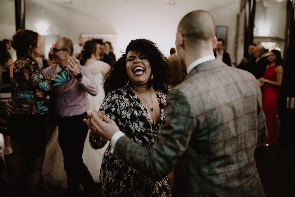 stadsbruiloft trouwen rotterdam zuid kop van zuid hotel new york weddingshoot first dance de machinist