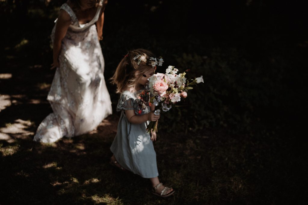 trouwfotograaf veluwe festivalbruiloft tuin first look