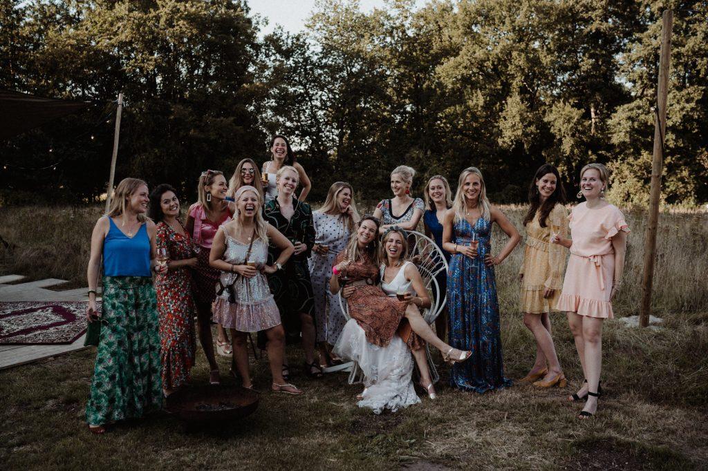 trouwfotograaf veluwe festivalbruiloft tuin groepsfoto