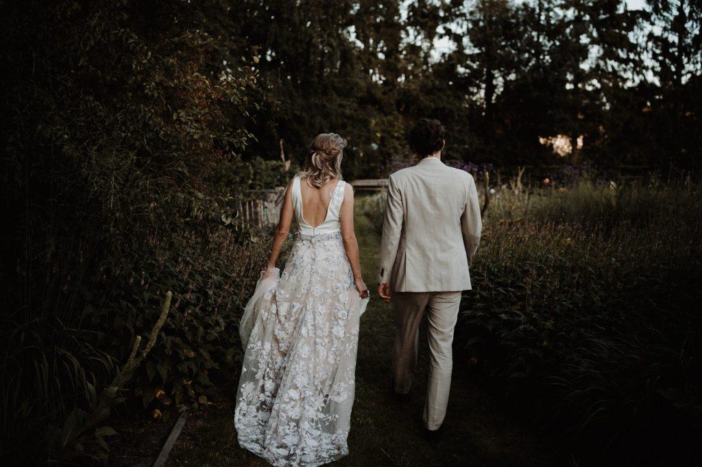 trouwfotograaf veluwe festivalbruiloft tuin fotoshoot zonsondergang