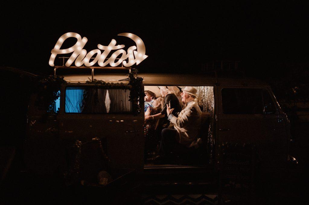 trouwfotograaf veluwe festivalbruiloft tuin feest photobooth