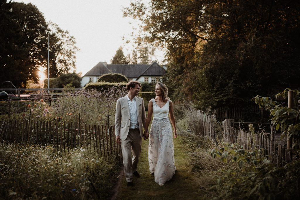 fotoshoot bruiloft zonsondergang tuin
