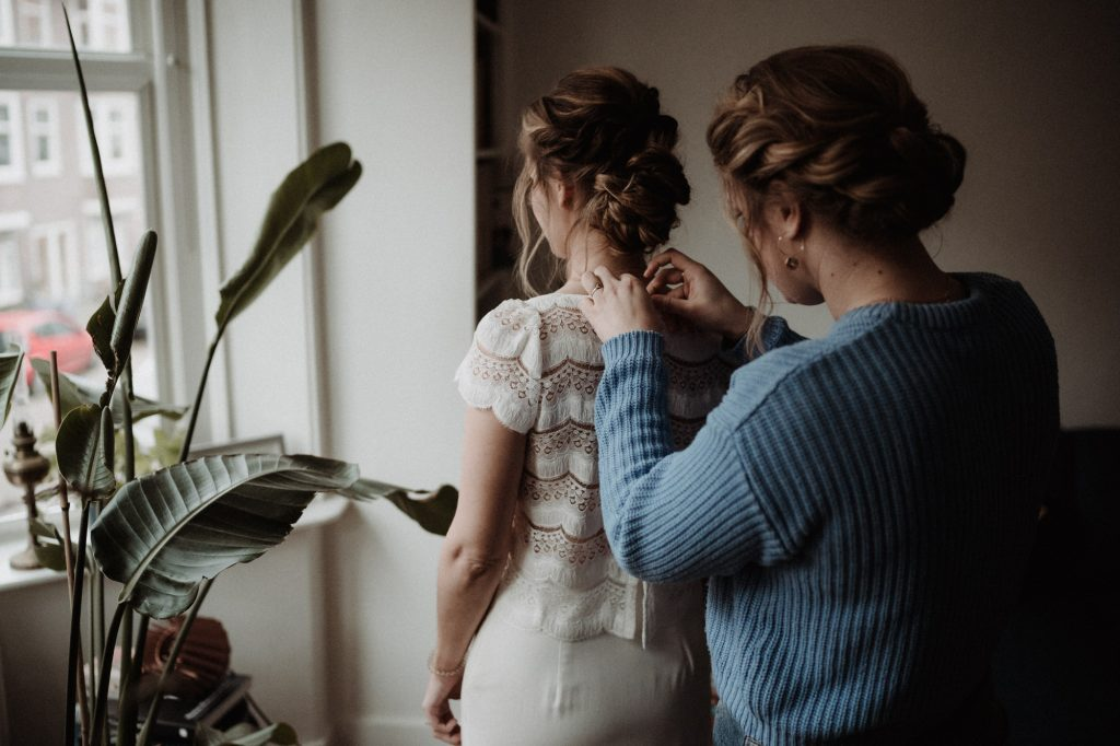 intieme bruiloft intimate winter wedding amsterdam getting ready